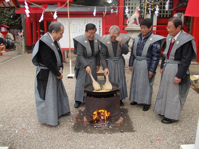 海山道神社 豆煎り奉仕4