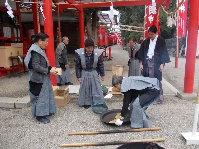 海山道神社 豆煎り奉仕5